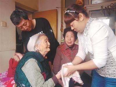 日本奶奶与孙子_孙子孙媳照顾奶奶无微不至