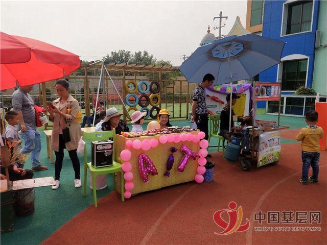 新化县上梅镇中心幼儿园区角活动《小吃街》倍受市民称赞