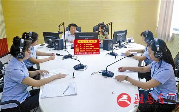 工行驻马店分行负责人参加市广播电台政风行风栏目