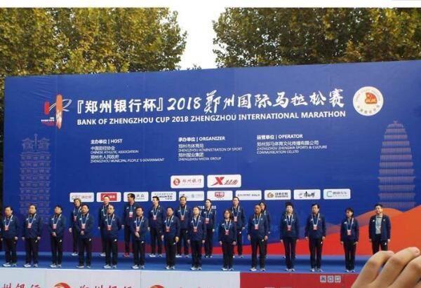 2018郑州银行杯郑州国际马拉松赛鸣枪开跑