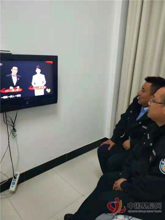 德兴交警大队收看《榜样3》专题节目