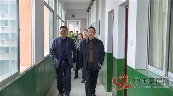 上饶县人大常委会副主任徐建华调研《教师法》贯彻