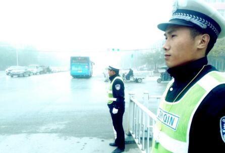 河南省驻马店市上蔡县交警:应对大雾天气保安全