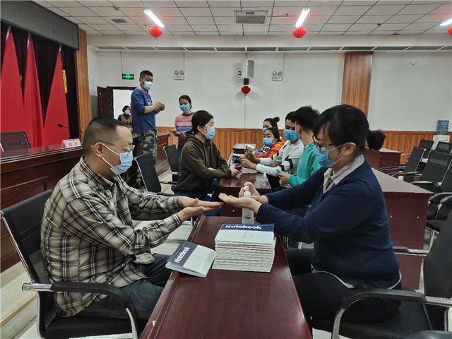新疆喀什:关爱防疫一线工作者 维吾尔医医院送温暖