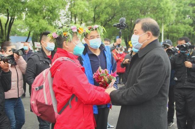 鄂州市取得抗疫重大胜利,热烈欢送北大医疗援鄂医疗队挥师回京