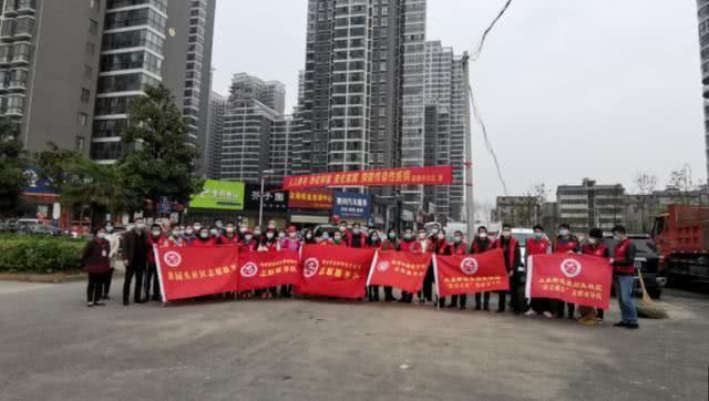 湖北鄂州市市长刘海军以志愿者身份赴挂点社区开展爱国卫生运动